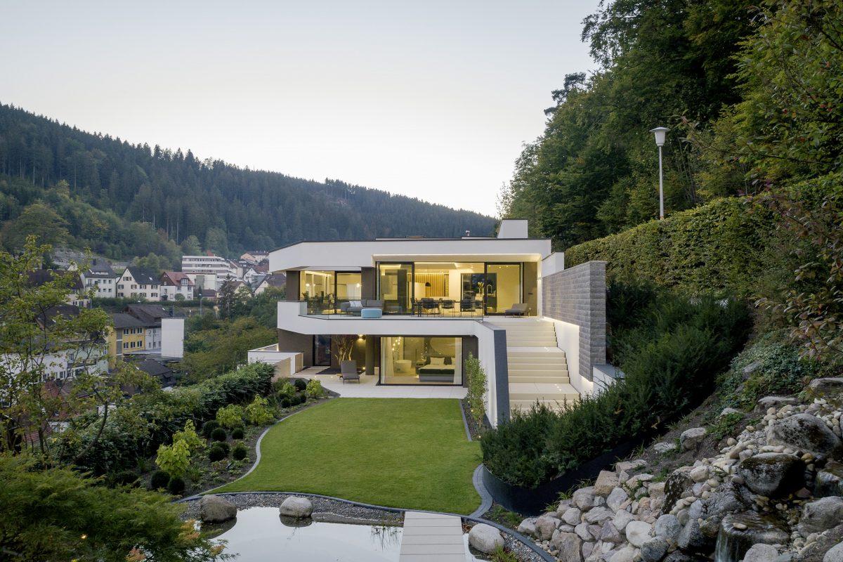 Drohnenaufnahme eines Wohnhaus im Schwarzwald von Lee+Mir Architekten